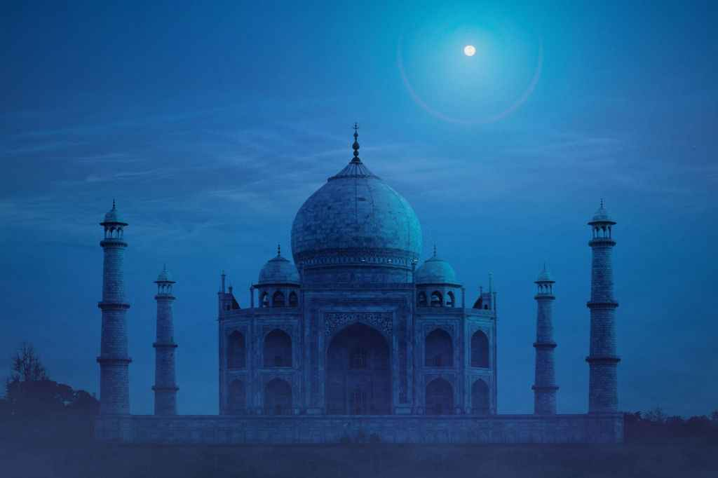 changing colours of Taj mahal
